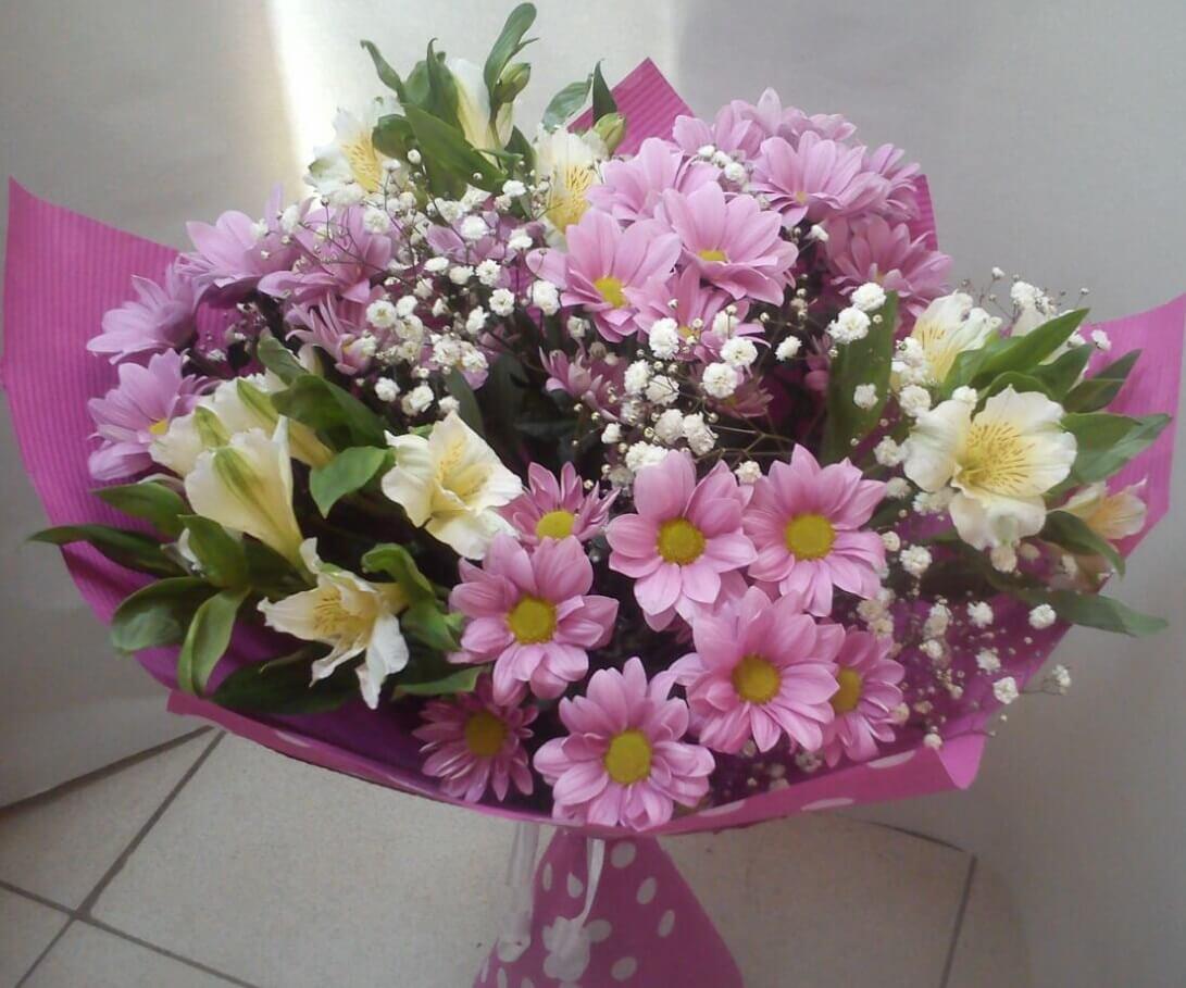 Бюджетные букеты из хризантем и альстромерий, любимому